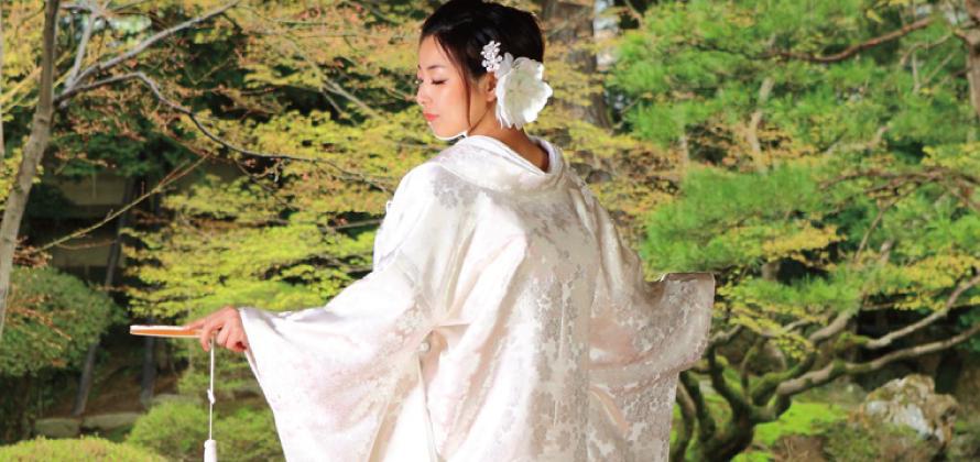 振り返る白無垢の花嫁