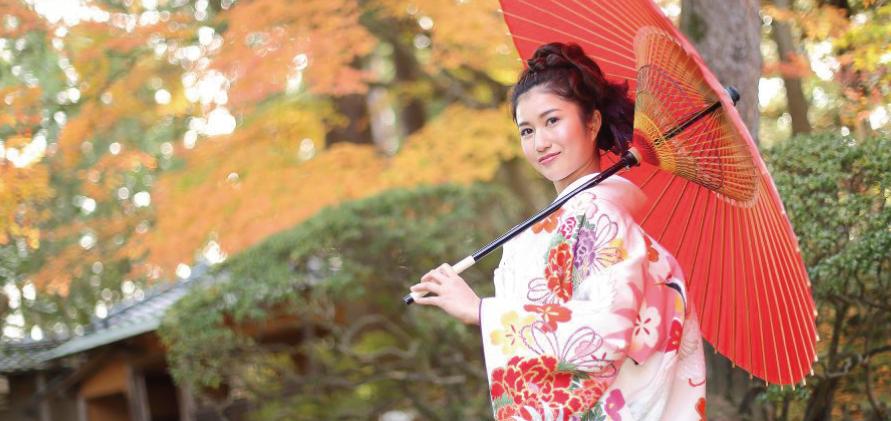 和傘を差した色打掛の花嫁