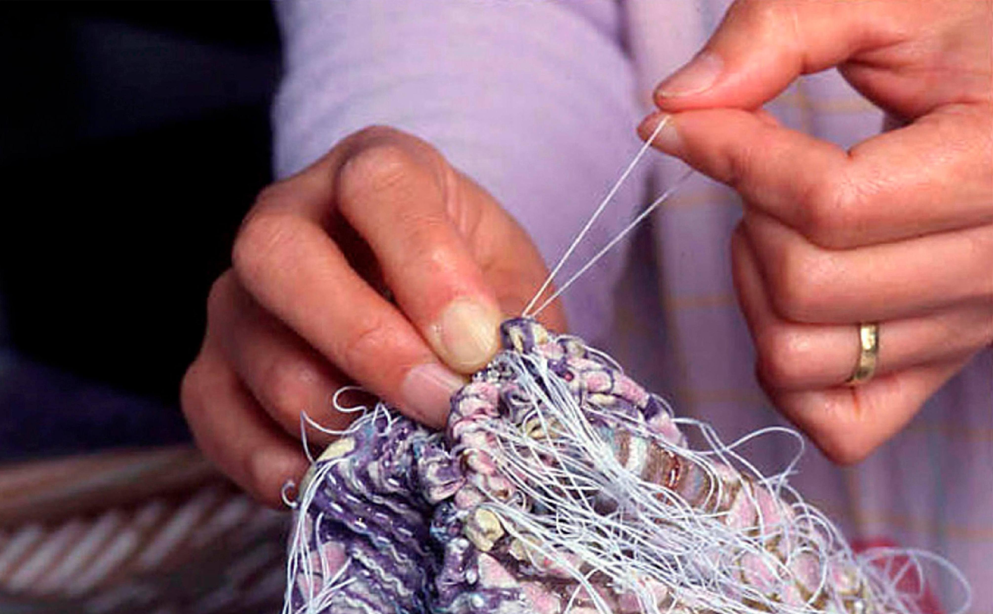 糸を固く絞っている様子